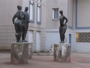 Trois statues allégoriques représentent l'Isère, le massif alpin et la vallée.
