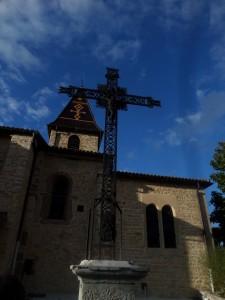 La croix à côté de l'église